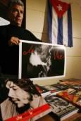 Мъж продава постери и книги за Че Гевара в град Валпарайсо, Чили. Снимка: Ройтерс