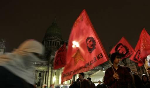Фенове на Че Гевара развяват знамена с неговия лик в аржентинската столица Буенос Айрес. Снимка: Ройтерс