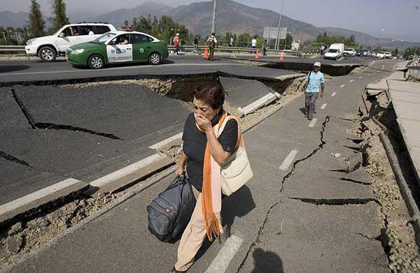 Град Консепсион в Чили след земетресението от 8,8 степен по Рихтер в събота, 27 март. Снимки: ЕПА/БТА