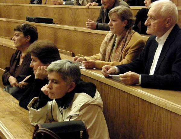 Велислава Дърева (на преден план) и Петко Симеонов (горе дясно) в 65-та аудитория на Софийския университет. На 3 ноември 1988 г. на същото място по същото време е учреден Клубът за подкрепа на гласността и преустройството - влиятелна дисидентска организация, която предизвика комунистическата власт. В клуба участваха авторитетни хора от науката и културата, които по-късно станаха основни фигури в зараждащата се опозиция. Един от инициаторите на клуба - Желю Желев стана президент на България. Снимки: Иван Бакалов