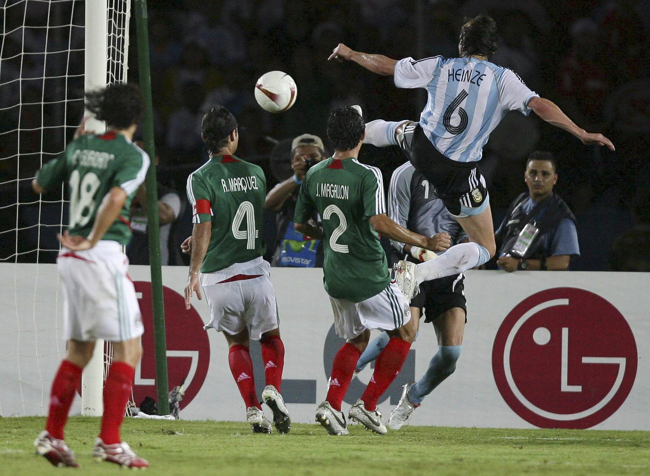 Габриел Хайнце (в синьо-бяло) бележи първия гол във вратата на Мексико на полуфинала на Копа Америка. Снимка: Ройтерс