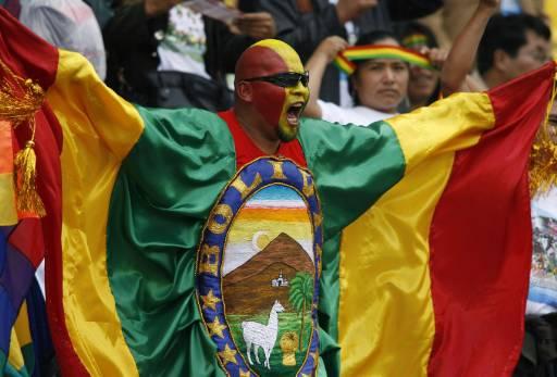 Колоритен боливийски фен надъхва своите в първия мач. Снимка: Ройтерс