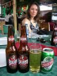 Туристка в ресторант с двете най-популярни бири в Куба - вляво