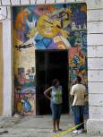 Мъж и жена разговарят пред музикален магазин в Хавана. Снимка: Любомир Любенов