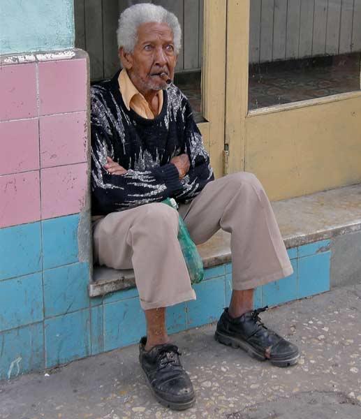 Кубинец пуши типична пура на улицата в Хавана. Снимка: авторът