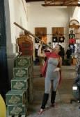 Туристка опитва грамадна пура, направена за атракция на чужденците. Снимка: авторът