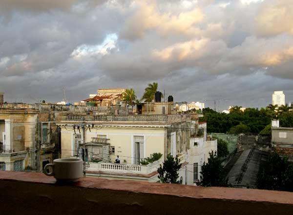 Чаша кафе на терасата сутрин в Хавана. Снимки: авторът