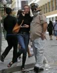 Туристка се снима за спомен с имитатор на Хемингуей. Снимки: авторът