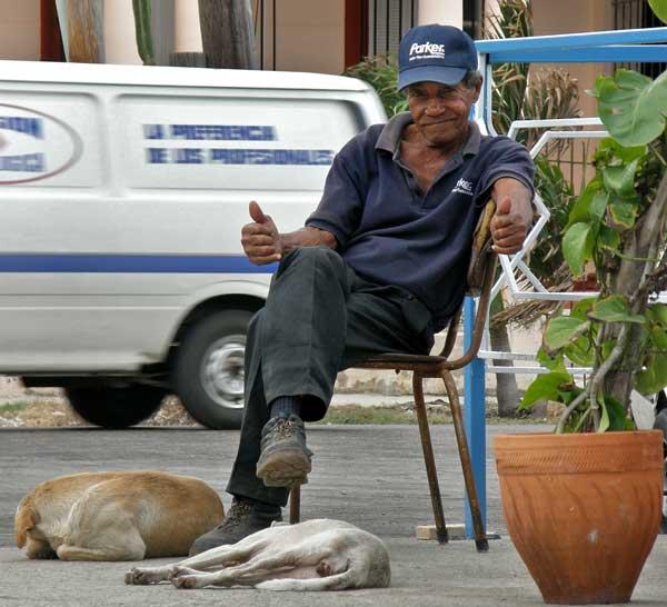 Възрастен кубинец позира за снимка. Снимки: авторът