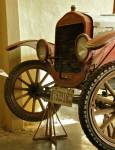 Автомобил с манивела на може би повече от 100 години. Снимки: авторът