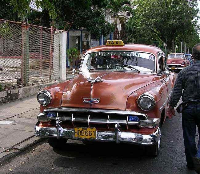 Повечето автомобили в Куба са на възрастта на революцията - модели отпреди 1960 г., на които са сменяни двигатели и ходова част с нови от различни години. Снимка: Любомир Любенов