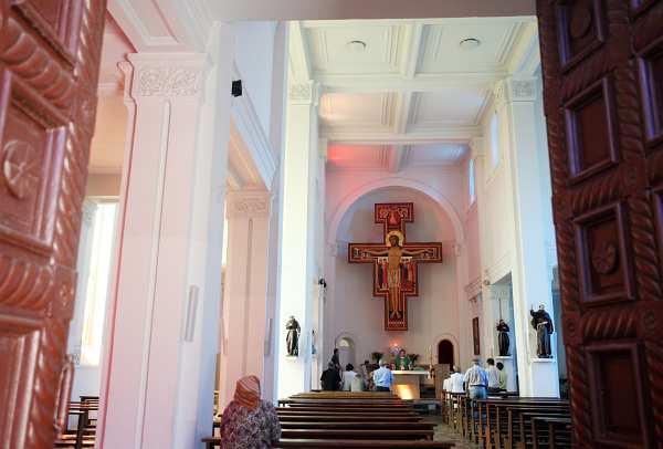 Католическият храм в Белозем отвътре. Снимки: Валентина Петрова
