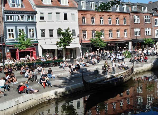 Центърът на университетския и културния център на Дания - Орхус. През площада минава плавателен канал, който води до морето. Снимки: авторката
