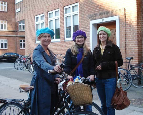 Три датчанки на улица в Копенхаген. Отиват да празнуват изкарания изпит за медицинска сестра на Жани (вляво). Снимки: авторката