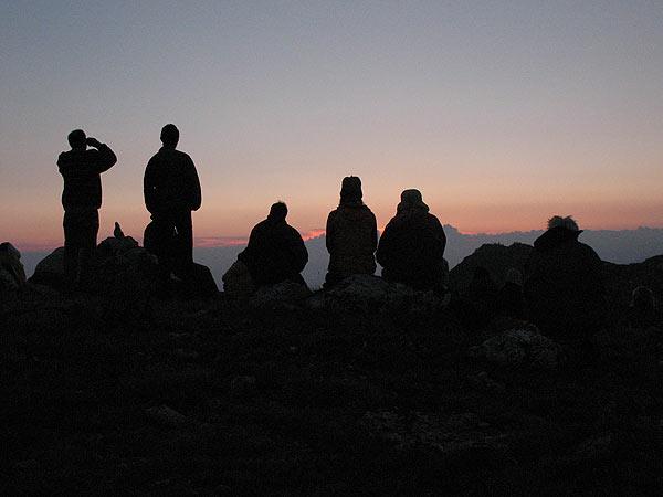 Членовете на Бялото братство са се подредили на хълм край хижа