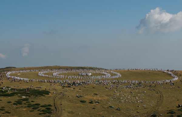 Концентричните кръгове на Бялото братство върху платото край езерото Бъбрека, където традиционно се изпълнява танцът. Тази година за него се събраха около 2000 дъновисти. Снимки: Иван Бакалов