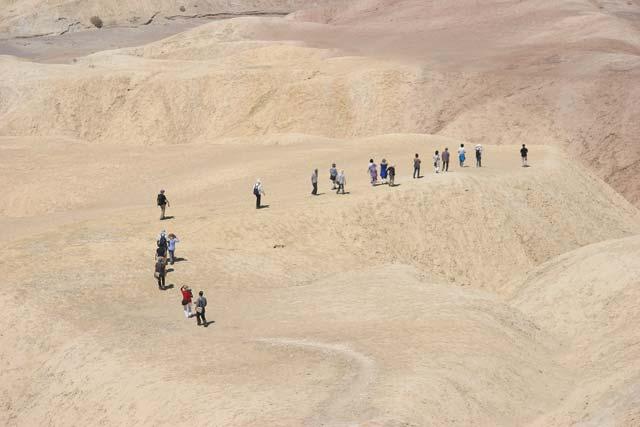 Туристи пъплят по сипеите на Мъртвата долина. Снимка: Иван Бакалов