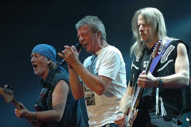 """Музикантите от """"Дийп Пърпъл"""" Роджър Глоувър, Иън Гилън и Стийв Морс (от ляво на дясно) свирят на концерта на групата в София по случай рождения ден на радио Z-Rock. Повече от 7000 фенове в столичната зала """"Фестивална"""" пяха заедно с любимците си вечните им хитове """"Smoke on the Water"""", """"Perfect Strangers"""", """"Highway Star"""", """"Hush"""" и др. Снимка: Булфото"""