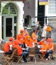 Холандци, облечени в традиционния оранжев цвят, са седнали на улица в Амстердам и празнуват Деня на кралицата. Снимки: Бистра Величкова