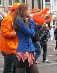 Момиче надува гумена оранжева корона. Снимки: Бистра Величкова