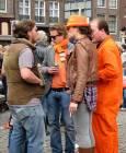 Холандци, облечени в оранжево, на улица в Амстердам. Снимки: Бистра Величкова