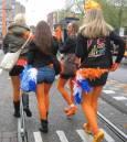 Момичета в оранжеви чорапогащници по улицата. Снимки: Бистра Величкова