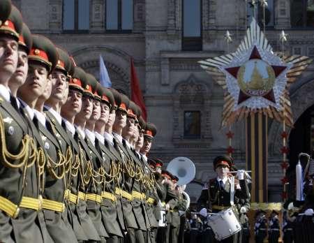 Гвардейци маршируват на военния парад в чест на Деня на победата на 9 май в Москва. Снимка: Ройтерс