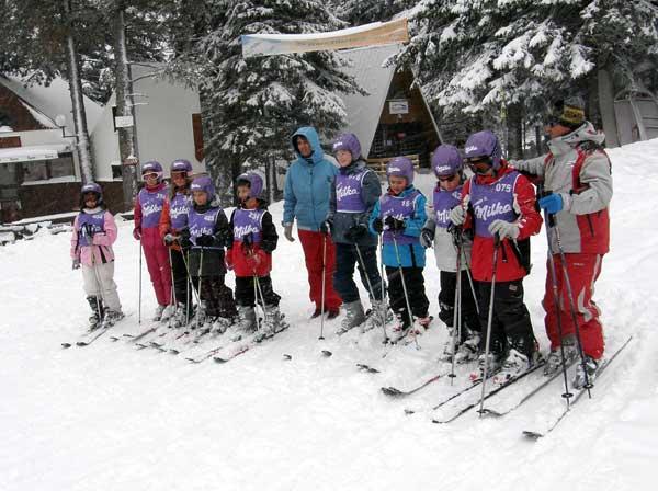 "Ски учители с деца, които се обучават по проекта ""Научи се да караш ски"" на ""Алеко"". Снимка: авторката"