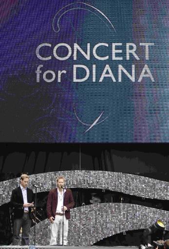 Синовете на Даяна - Уилям (вляво) и Хари, откриват концерта. Снимка: Ройтерс