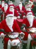 Пощальони, облечени като Дядо Коледа, носят подаръци на хора в нужда в Бусан, югоизточно от Сеул. Снимка: Ройтерс