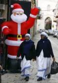 Монахини минават покрай надуваем Дядо Коледа в стария Йерусалим. Снимка: Ройтерс