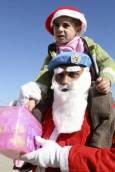 Миротворец от ООН е облечен като Дядо Коледа и си играе с местно дете по време на коледно парти в училището в Ибл ал-Саки - в Южен Ливан. Снимка: Ройтерс