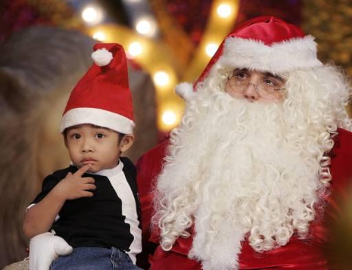 Дядо Коледа си играе с децата в търговски комплекс в Куала Лумпур. Снимка: Ройтерс