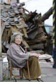 Възрастна японка пред разрушения си дом в Кашивазаки. Снимка: Ройтерс
