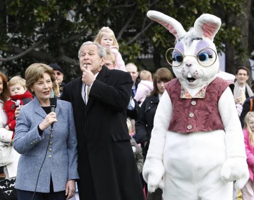 Американският президент Джордж Буш и съпругата му Лора до Великденски заек на годишното търкаляне на великденски яйца от деца на моравата пред Белия дом, Вашингтон. Снимка: Ройтерс