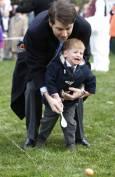 Баща с детето си на годишното търкаляне на великденски яйца от деца на моравата пред Белия дом. Снимка: Ройтерс