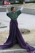 Момиче играе ролята на Природата в сцена от форум-театъра на природозащитниците.