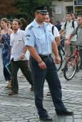 Полицай контролира движението, докато природозащитниците пресичат пешеходна пътека на Руски паметник.