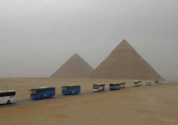 Върволица от автобуси стоварва туристи всеки ден пред пирамидите. Снимки: Иван Бакалов