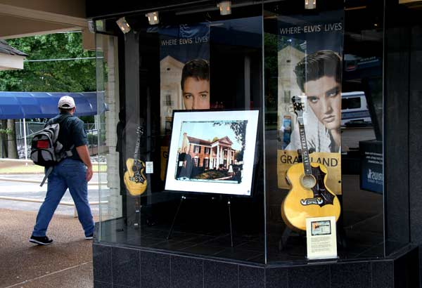 Магазин за сувенири пред имението на Елвис Пресли. Снимка: Иван Бакалов
