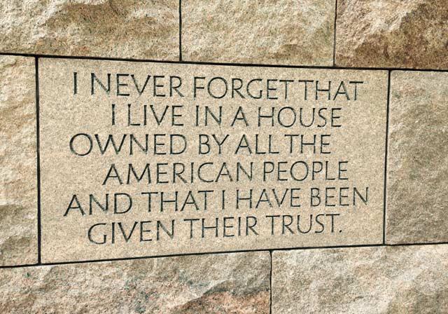 """Надписът на мемориала на Франклин Делано Рузвелт гласи: """"Никога няма да забравя, че живея в къща, притежавана от целия американски народ и че той ми е дал доверието си"""" Снимки: Енчо Господинов"""