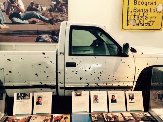 Босна и Херцеговина, 1994: колата на репортерите, нарешетена от куршуми. И те също. Снимки: Ал Ретиг, Енчо Господинов