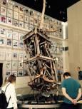 """Овъглената антена на телефонната компания, монтирана на една от кулите-близнаци... Минути след взрива мобилните телефони в Ню Йорк """"умряха"""". Снимки: Ал Ретиг, Енчо Господинов"""