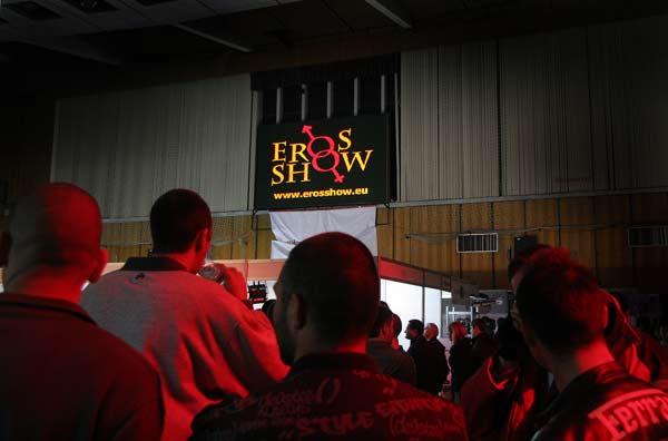 Посетители на еротичното шоу оглеждат залата. Снимка: Иван Бакалов