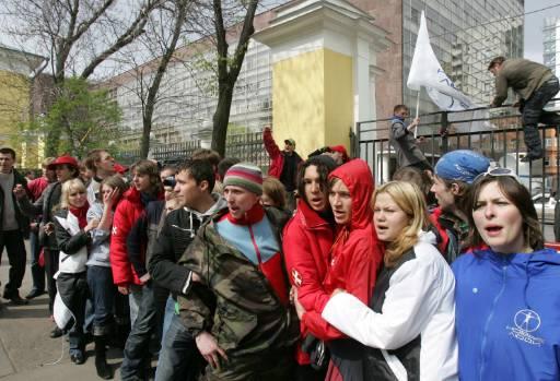 Поддръжници на Кремъл скандират анти-естонски възгласи пред пресцентър в Москва, където посланикът на Естония Марина Калюранд дава пресконференция. Руски младежи, недоволни от преместването на паметника в Талин, нахлуха в залата. Снимка: Ройтерс