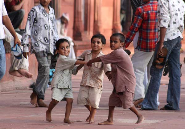Момчета играят в мюсюлмански храм в Делхи. Снимка: Евгения Волен