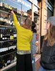Жени избират вино в магазин в Буенос Айрес, Аржентина. Във винарската страна цените са между 2 и 30 долара бутилката. Снимка: Евгения Волен