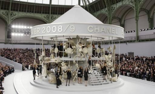 """Манекенки представят модели от колекцията  есен-зима 2008/09 на Карл Лагерфелд за модна къща """"Шанел"""" в Париж. Снимка: Ройтерс"""