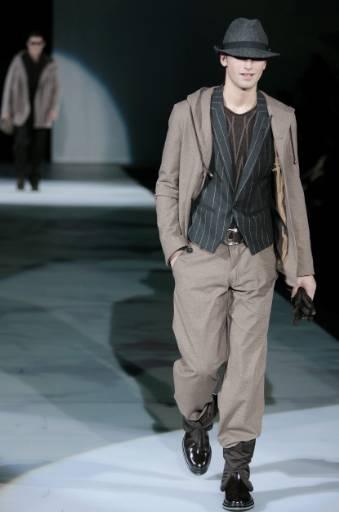 """Манекен представя модел от колекцията """"Емпорио Армани"""" есен-зима 2008/09 за мъже на  дизайнера Джорджо Армани на Седмицата на модата в Милано. Снимка: Ройтерс"""