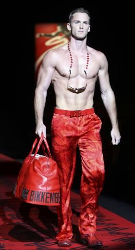 Манекен представя модел от колекцията пролет-лято 2010 за мъже на Дирк Бикембергс на Седмицата на модата в Милано. Снимка: Ройтерс